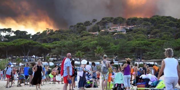 La forêt brûle à Bormes-les-Mimosas, dans le sud-est de la France, le 26 juillet 2017. Au moins 10.000 personnes, dont des milliers de vacanciers, ont été évacués.