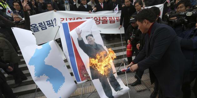 Grupos conservadores de Corea del Sur queman una foto del líder norcoreano, Kim Jong Un.