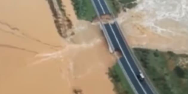 Des précipitations monstres provoquent l'effondrement d'un pont en Sardaigne.