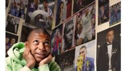 Kylian Mbappé vous souhaite une bonne année 2019 entouré de posters de
