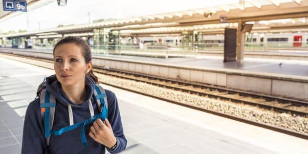 Una joven espera su tren en la estación de Bruselas Norte, en la capital belga.