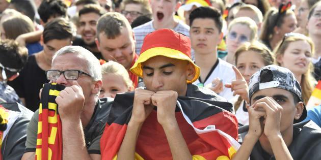 La afición alemana triste después de ver a su equipo eliminado por primera vez en fase de grupos.