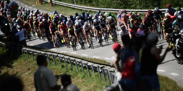Des spectateurs lors de la deuxième étape du Tour de France entre Mouilleron-Saint-Germain et La Roche-sur-Yon le 8 juillet 2018.