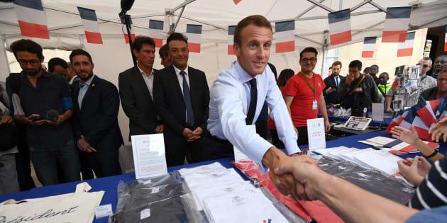 Emmanuel Macron au stand de la boutique éphémère de l'Elysée installée pour les Journées du Patrimoine.