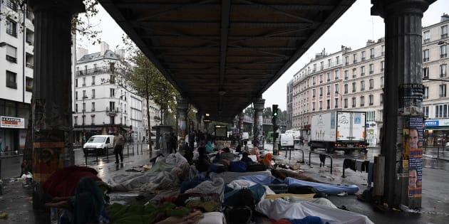 Photo d'illustration: le camp improvisé de migrants sous la station de métro Stalingrad, dans le XIXe arrondissement de Paris, le 15 septembre 2016.