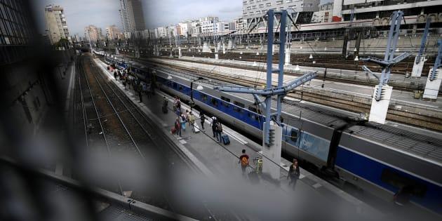 Des voyageurs sur les quais de la gare Montparnasse à Paris, le 31 juillet.