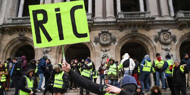 Un manifestant gilet jaune réclamant le RIC samedi 15 décembre à Paris.
