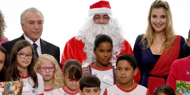Michel Temer e Marcela Temer são clicados com Papai Noel e crianças de escola pública em evento no Natal de 2016.