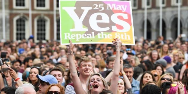 """4 jours après le """"oui"""" de l'Irlande au droit à l'avortement, le gouvernement planche sur une loi"""