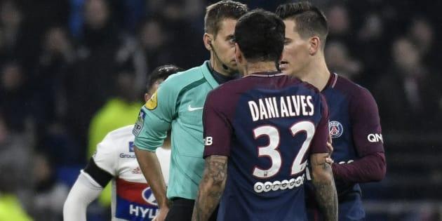 Lyon/PSG: Dani Alves s'adresse à l'arbitre Tony Chapron après son expulsion et en remet une couche