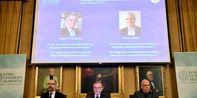 Per Stromberg, Goran K. Hansson et Per Krusell ont annoncé que le prix Nobel d'économie allait à William D. Nordhaus et Paul M. Romer (photos sur l'écran).