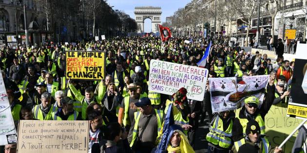 Des gilets jaunes manifestant à Paris le 16 février 2019.