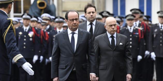 François Hollande, Matthias Fekl et Bernard Cazeneuve lors de l'hommage national rendu au policier Xavier Jugelé à Paris le 25 avril 2017.