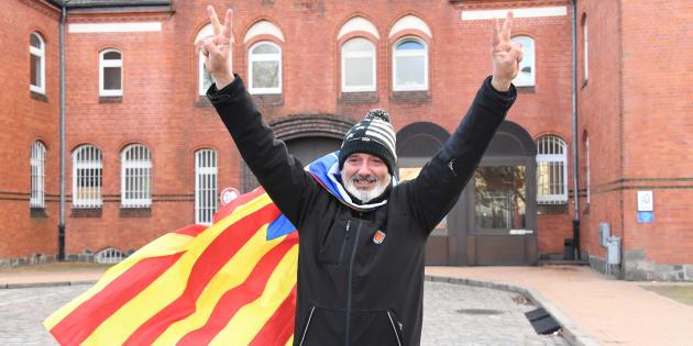 Eduard Alonso, un ciudadano de Girona, celebra la liberación de Carles Puigdemont frente a la cárcel de Neumuenster, en Alemania.