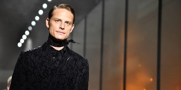 """Le mannequin Arnaud Lemaire a gardé son étiquette """"d'ex de Claire Chazal"""". Il a notamment été remarqué ce 20 janvier défilant pour la marque Dior, lors de la Fashion Week Homme qui se tenait à Paris du 16 au 21 janvier."""