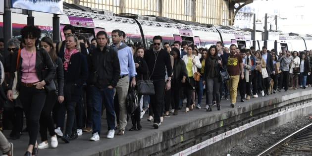 Des usagers à quai à la station Saint-Lazare, à Paris (Image d'illustration).