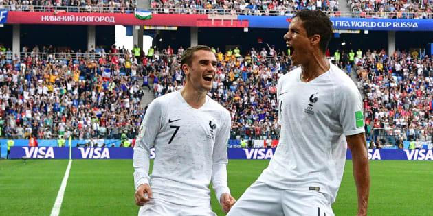 Raphaël Varane célèbre le 6 juillet son but contre l'Uruguay en quart de finale de la Coupe du monde avec Antoine Griezmann, qu'il va affronter ce mercredi soir en Supercoupe de l'UEFA