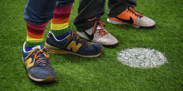 Des joueurs de l'équipe de supporters gays d'Arsenal et Brighton arborent des chaussettes et des lacets arc-en-ciel lors d'une compétition de tirs de pénalties au Arsenal Hub au nord de Londres, le 1er octobre 2017.