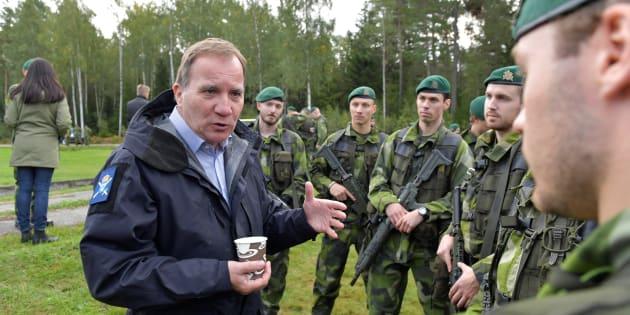 軍事演習中の兵士に面会するスウェーデン首相のステファン・ロベーン氏(2017年9月15日撮影)