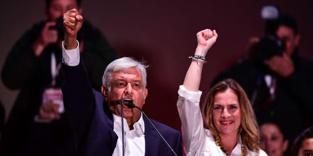 Beatriz y AMLO el día de la victoria.