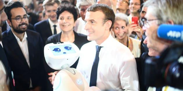 Emmanuel Macron tient au robot au salon Viva technology à Paris, le 15 juin 2017