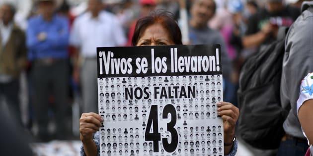 Familiares y acompañantes realizan una manifestación para conmemorar 43 meses de la desaparición de los 43 estudiantes de Ayotzinapa, en Ciudad de México, el 26 de abril de 2018.