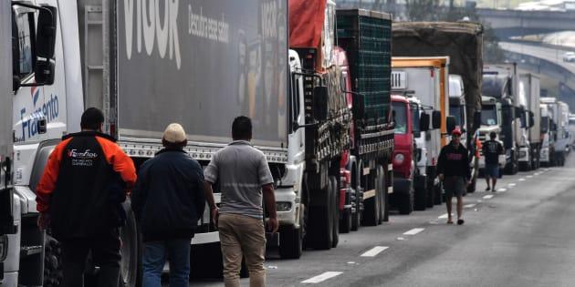 Greve dos caminhoeiros chega ao 8º dia e governo pressiona Congresso para aprovar soluções para acabar com a paralisação.