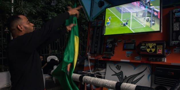 Apenas 3 emissoras de TV - uma aberta - transmitirão os jogos da Copa do Mundo para o Brasil.