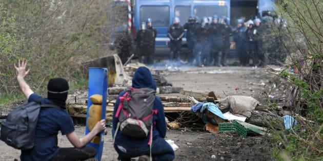 Des soutiens de la Zad face à des gendarmes, le 12 avril à Notre-Dame-des Landes.