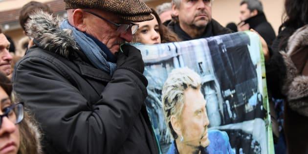 Des fans de Johnny Hallyday à Marne-La-Coquette.
