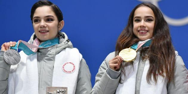 フィギュアスケート女子シングルで金メダルに輝いたザギトワ選手(右)と銀メダルのメドベージェワ選手