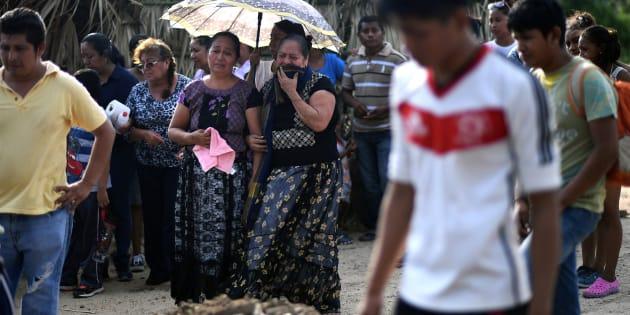 Mujeres en duelo despiden a Casimiro Rey, un hombre de 85 años, quien murió en el sismo de 8.2 en Juchitán de Zaragoza, Oaxaca.