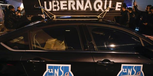 La voiture d'un chauffeur VTC en grève contre Uber porte Maillot, vendredi 15 décembre