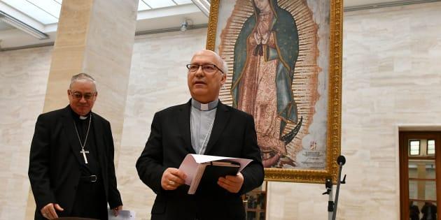 Les évêques chiliens Luis Fernando Ramos Perez et Juan Ignacio Gonzalez ont fait l'annonce de la démission au Vatican.