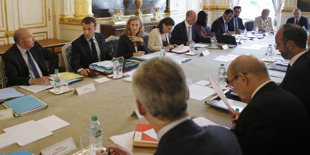 Emmanuel Macron en plein conseil des ministres.