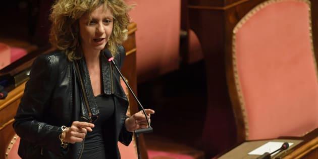 """Barbara Lezzi (M5S) contro Matteo Renzi: """"Inutile gioire per la crescita del Pil, è solo merito dei condizionatori"""""""