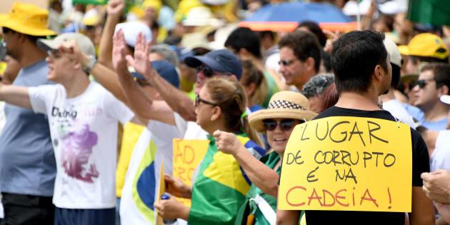 Manifestação em frente ao Congresso Nacional a favor da Operação Lava Jato.
