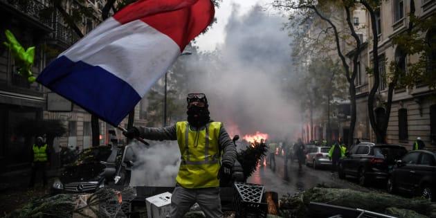 Trois photographes syriens comparent dans un texte la manifestations syriennes et celles des gilets jaunes.