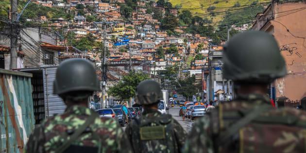 Tropas das Forças Armadas fazem patrulhamento nas ruas do Rio de Janeiro.
