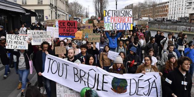 Le 8 mars, les étudiants ont marché pour le climat à Paris, de Stalingrad à République, où ils ont rejoint le rassemblement pour la journée internationale des droits des femmes.