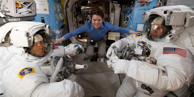 Anne McClain (centre) a dû laisser sa place à Nick Hague (droite) au lieu de faire une sortie spatiale avec Christina Koch (gauche).