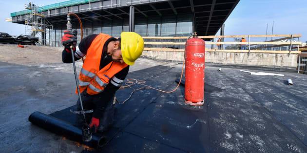 Un obrero trabaja en la obra de la Neue Nationalgalerie de Berlín, el pasado noviembre.