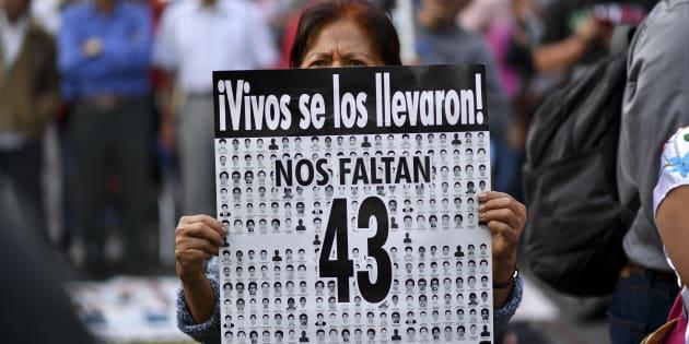 Familiares y compañerops de los 43 estudiantes de la escuela de enseñanza en Ayotzinapa que desaparecieron en septiembre de 2014 realizan una manifestación para conmemorar 43 meses desde su desaparición, en la Ciudad de México.