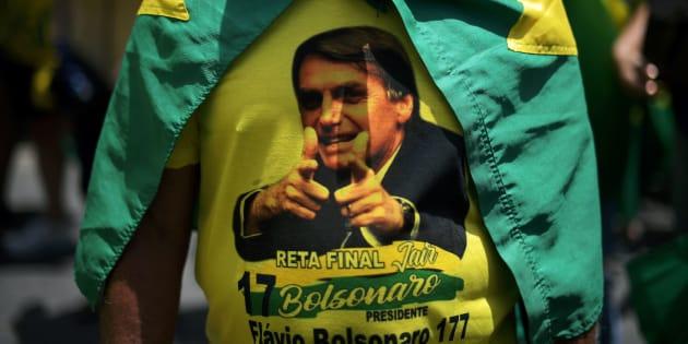 ブラジル大統領選の極右候補、ジャイール・ボルソナーロ氏をプリントしたTシャツを着る支持者