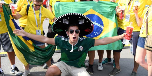 Aficionados de México y Brasil afuera del estadio en la ciudad de Samara, el 2 de julio de 2018.
