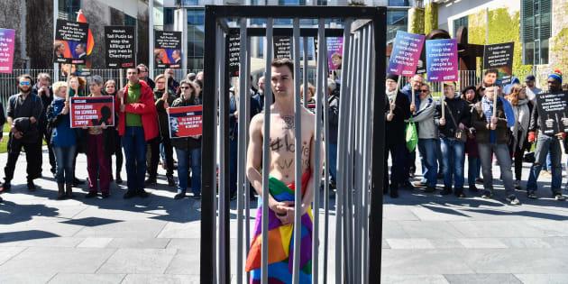 Ativistas fazem protesto em Berlim para pressionar o presidente russo Putin a tomar medidas contra a perseguição de gays na Chechênia.