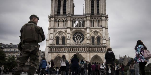 Un militaire devant la cathédrale Notre-Dame à Paris, le 14 avril.