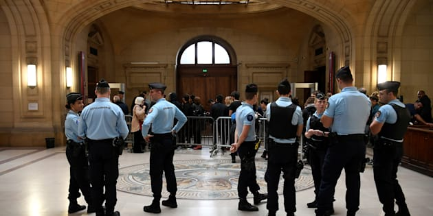 Voiture de police incendiée: entre 12 mois avec sursis à 4 ans de prison ferme requis