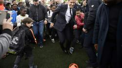 En visite à Sarcelles, Macron tente une série de dribbles sur un terrain de