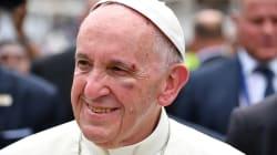 Le pape François se blesse en se cognant à sa